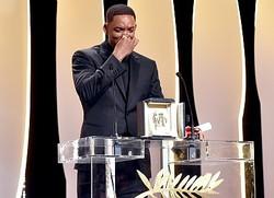 受賞して感激するニコール・キッドマンを演じるウィル・スミス - 第70回カンヌ国際映画祭授賞式にて  - Stephane Cardinale - Corbis / Getty Images