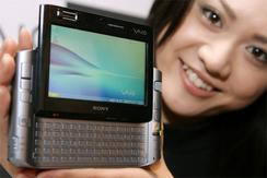 16日、ソニーが発表した520gの小型軽量モバイルパソコン「VAIO type U」(撮影:吉川忠行)