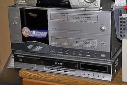 ビデオレコーダー(上)とHDD/DVDレコーダー(下)