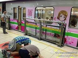 【写真】「ラブライブ!」列車に土下座、中国のアニメファンが大興奮。