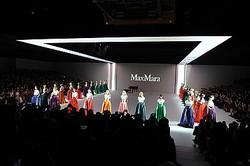 マックスマーラ上陸25年 両国国技館で日本初の大規模なショー開催