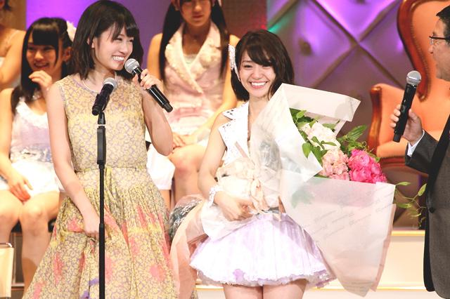 1位に輝きステージ上で前田敦子に祝福される大島優子