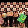 7つの大賞と特別賞を受賞したおもちゃとともに並ぶ担当者