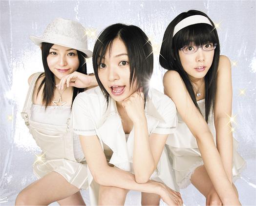 写真左から、奥菜真子(MC、ボーカル)、小笠原朋美(ボーカル)、大空さや(ギター、コーラス)