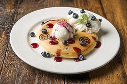 パンケーキがSTUSSY仕様に 渋谷ヒカリエ内レストランと店舗が連動