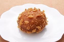 カリサクの食感が想像できる見た目も特徴の一つの「那須カレーパン」(216円)