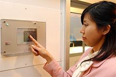 本人が決めた写真や絵を選ぶと解錠する自動ドアのシステム(撮影:吉川忠行)
