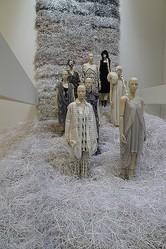 ミント、ソマルタなど東京ファッションの今を探る展覧会「感じる服 考える服」開催