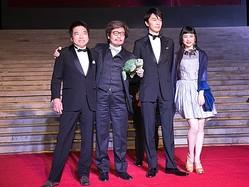 第5回北京国際映画祭に参加した(左から)大月俊倫プロデューサー、園子温監督、長谷川博己、IZUMI