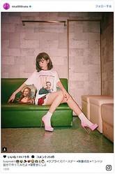 """""""中尾Tシャツ""""をオシャレに着こなす妻・仲里依紗 - 画像はInstagramのスクリーンショット"""