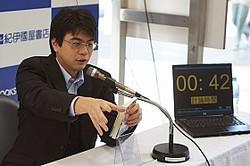 5分間の書評の後には、2分間の質疑応答も。参加者からの質問に答える坂本さん(2011年10月10日、紀伊国屋新宿南店で)