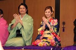 映画『の・ようなもの のようなもの』イベントに和装で登場した松山ケンイチ(左)と北川景子