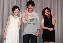 会場に集まった観客からの拍手を集めた(左から)我妻三輪子、小澤亮太、竹葉リサ