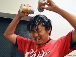 【検証】ビールかけって楽しいか? 風呂場でオッサンに一人でビールかけをやらせてみた