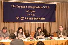 記者会見を行う中野麻美弁護士(左から3人目)。(撮影:吉川忠行)