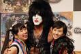 記念撮影の場面にて。「KISS」のポール・スタンレーと「ももいろクローバーZ」の佐々木彩夏、百田夏菜子