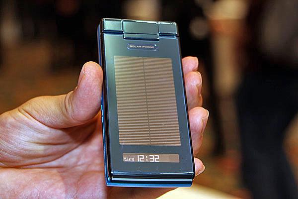 太陽光で自ら発電する「au SOLAR PHONE」