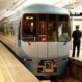小田急「ロマンスカー」車両のひとつ、2008年にデビューした60000形「MSE」(2012年2月、恵 知仁撮影)。