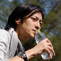 開封したペットボトルの水、いつまで飲める?日本「衛生学的に問題」VS.海外の専門家の意見