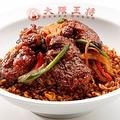 香ばしい香りの黒炒飯と牛肉の相性抜群「絶品厚切り肉盛り黒炒飯」(890円)