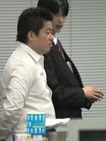 2006年1月16日、ライブドア本社で東京地検の強制捜査を受ける堀江元社長(手前)。(資料写真)