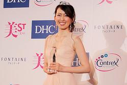 グランプリを勝ち取った、小宮山順子さん (C)TEAM美魔女事務局