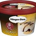 きな粉味のアイスと黒蜜ソースが絶妙な組み合わせ!「ハーゲンダッツミニカップ 華もち」(希望小売価格・税抜272円)の「きなこ黒みつ」