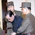 朝鮮中央通信が伝えた「処刑直前」の張成沢氏の姿。目元などにあざらしき変色が確認できる