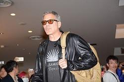 8年ぶりの来日に新妻を伴い羽田空港到着ロビーに現れたジョージ・クルーニー