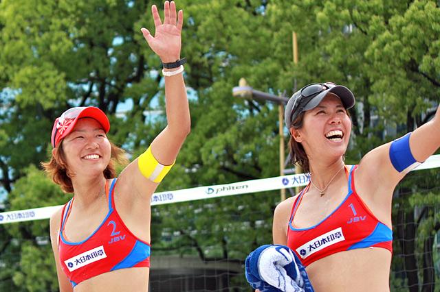 優勝した草野歩(右)と尾崎睦(左)。念願の優勝賞金100万円を手にした。「目が¥になってるんじゃないの(笑)」