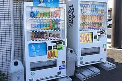 「100円」の安さをアピールする自販機。中古で売られる前のロゴが残るものもある。好立地の親戚や知人の土地に置かせてもらうのも手だ
