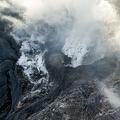 5月4日にドローンで撮影した阿蘇山の火口。熊本地震発生から半月、硫黄臭がする大量の噴気が激しく立ち上がりエメラルドグリーンの溜まり水が消失…