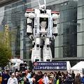 全長約8メートルのイングラムの実物大が銀座松竹スクエア広場に出現し、ランナーにエールを送った