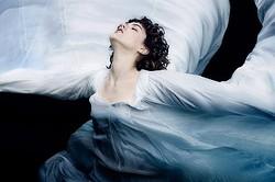ロイ・フラーのシルクと光のダンスを再現したソコ  - (C) 2016 LES PRODUCTIONS DU TRESOR - WILD BUNCH - ORANGE STUDIO - LES FILMS DU FLEUVE - SIRENA FILM