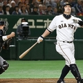 6回巨人二死一、三塁の好機に空振り三振に倒れる代打阿部。捕手梅野=東京ドーム(C)KYODO NEWS IMAGES
