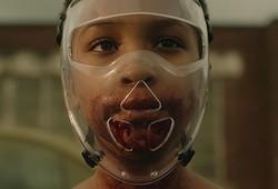 大好きな人間の先生を食べないようにマスクするゾンビ少女メラニー  - Courtesy of TIFF