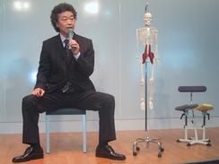 「アーユルチェアーは受動的に姿勢をよくする」と話す高岡英夫・運動科学総合研究所所長(撮影:佐谷恭)