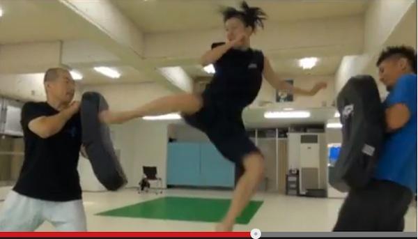 飛び 蹴り 中学生 女子