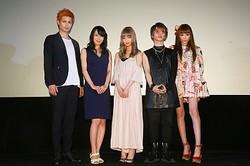 初日舞台あいさつに登壇し晴れやかな表情を見せた(左から)佐伯大地、森野美咲、中村里砂、武瑠、TORICO監督