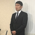 森脇は会見の場に黒のスーツにネクタイ姿で現われた。