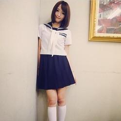 制服姿を披露した佐藤かよ(画像はinstagram.com/satokayo1226より)