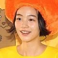 のんさん、「黄色いワンピースのワルイちゃん」グッズとニッコリ(2016年11月20日撮影)