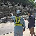 「南伊豆特養」建設現場を視察する新宿区議 伊藤陽平氏(写真右)。