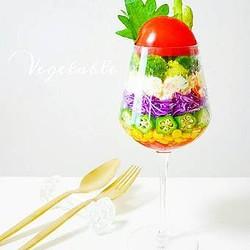 野菜をおしゃれに、おいしく盛り付け!「サラダパフェ」でおうちカフェ気分♪