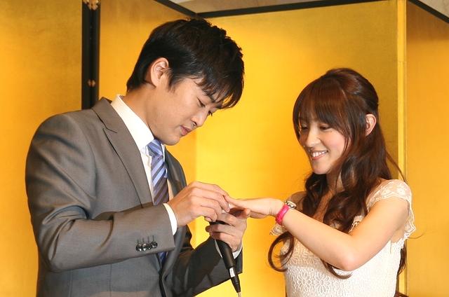 大沢あかねの左手薬指に紙で作った仮の結婚指輪をはめる劇団ひとり
