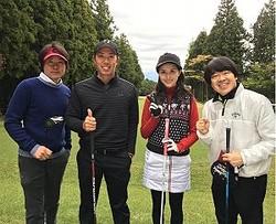 ゴルフを楽しむ橋本マナミ:右から2人目(出典:https://www.instagram.com/manami84808)