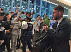 欧州王者レアル・マドリードが来日、早朝でも500人超が空港で歓声