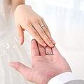 男子が腹の中で思っている、結婚指輪の予算「10万円〜20万円:身の丈にあったものを」