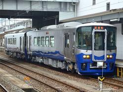 一般タイプのえちごトキめき鉄道ET122形ディーゼルカー。日本海の波をイメージしたデザインになっている(資料:えちごトキめき鉄道)。