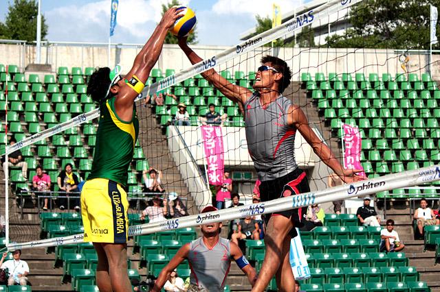 ロンドンへ向け絶好調の朝日健太郎(右)。五輪アジア最終予選では強打にブロックに覚醒したプレイを見せ、日本の五輪出場権獲得の立役者の一人となった「ロンドンでは日本語で叫んでやりますよ!(笑)」